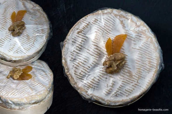 Camembert abricot & noix. Fromagerie Beaufils.